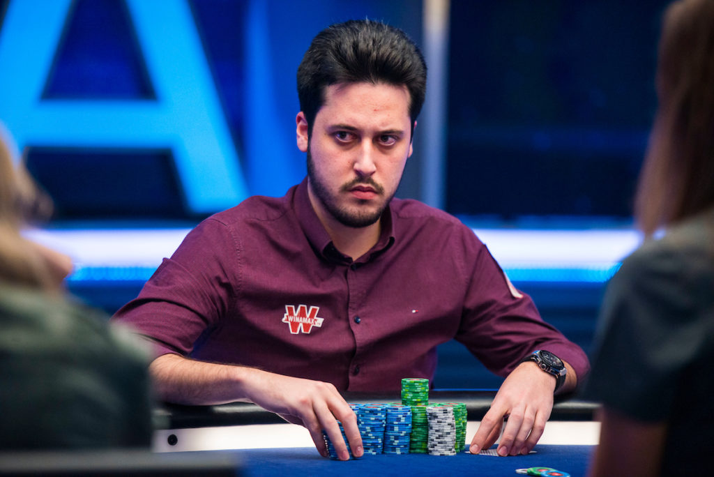 Adrian Mateos à une table de poker
