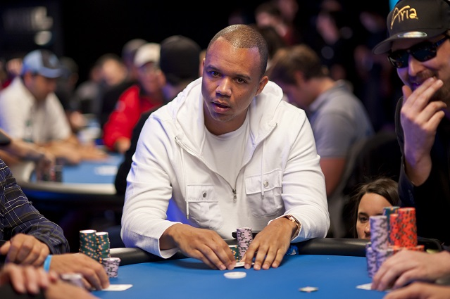 Phil Ivey à une table de poker